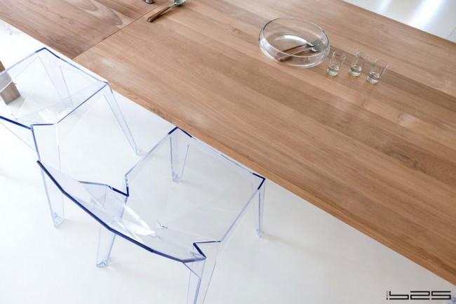 стол из тика и стул poly, дизайн Карим Рашид