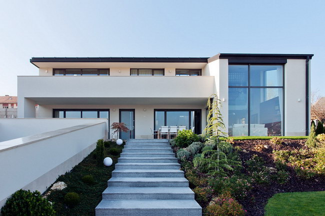главный фасад загородного дома с лестницей