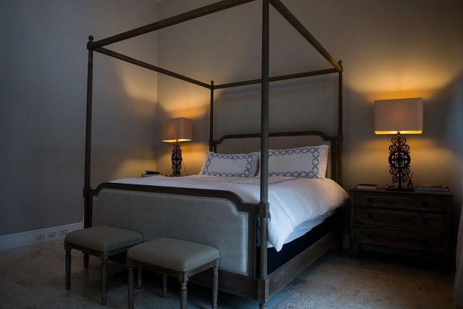 кровать с пологом в главной спальне