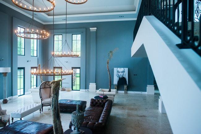 двухсветная гостиная, подножье лестницы
