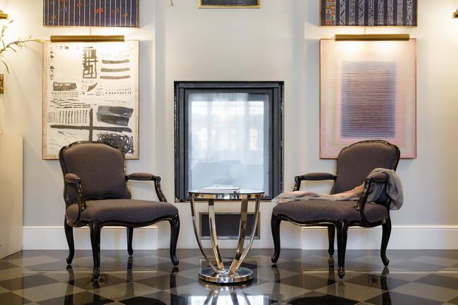камин и кресла в интерьере студии