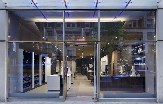 вид снаружи на флагманский магазин Cesar в Нью-Йорке