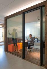 кабинет со стеклянной перегородкой в интерьере современного офиса