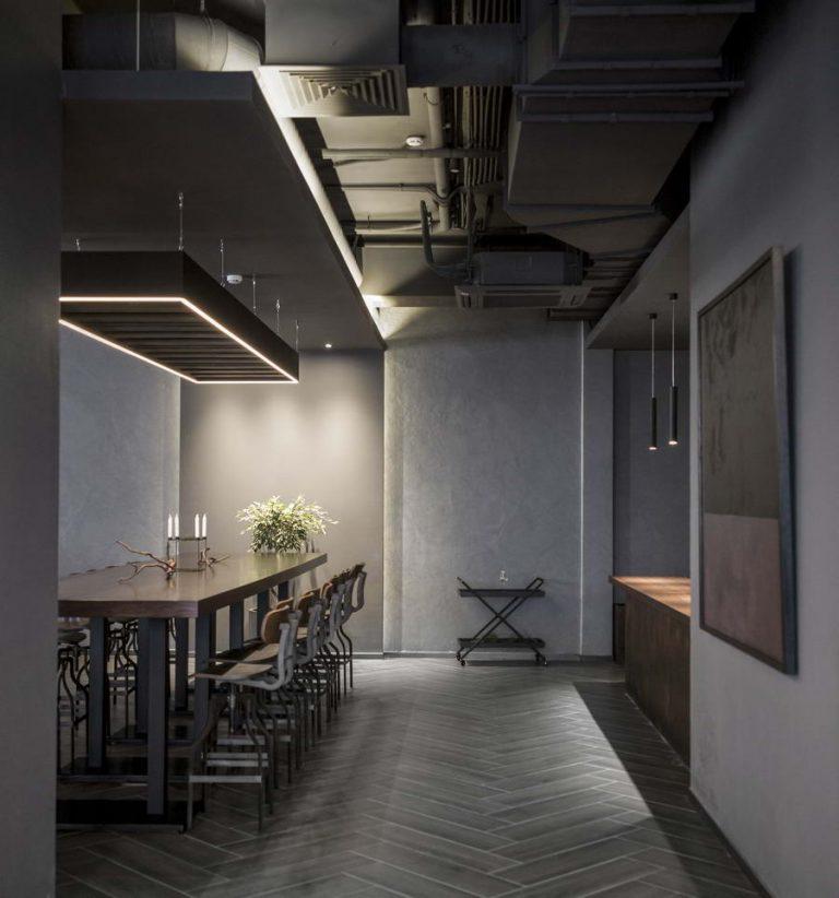 потолок, светильник и стол в интерьере