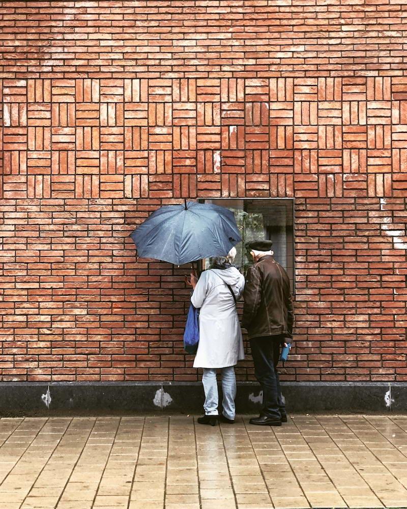 сквозной проём в стене ресторана - перископ