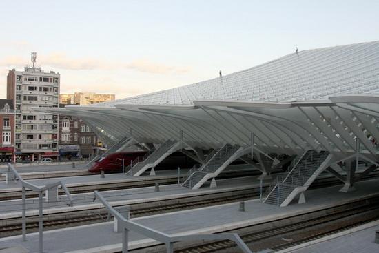 Каркас шатра состоит из 39 металлических арок высотой до 40 метров, ширина этого навеса составляет 73 метра, длина – 200 метров. Арки опираются на два пешеходных мостика над путями.